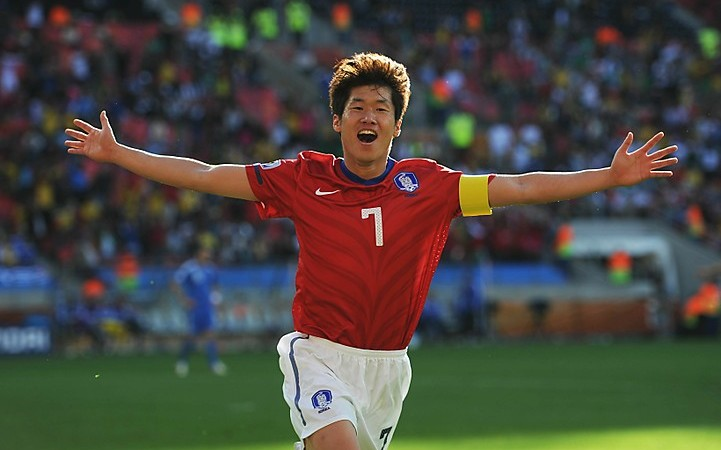 "IU and Manchester United's Park Ji Sung Share an Awkward Meeting on ""Running Man"""