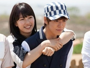 Suzy Gives Lee Hyun Woo a Back Hug