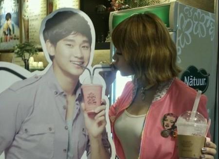 Girl's Day Yura Shares a Love Shot with Kim Soo Hyun?