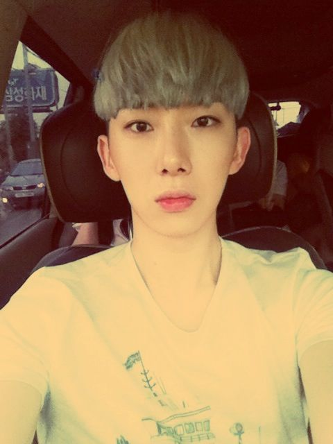 Jo Kwon's selca in a car