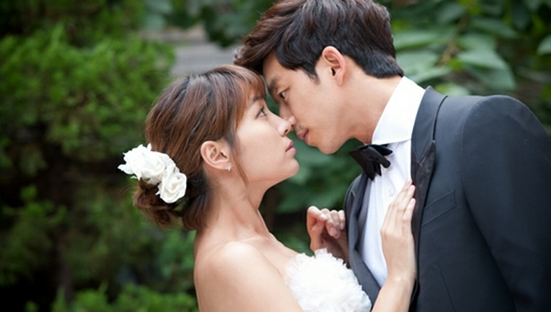Gong Yoo and Lee Min Jung Share a Heart-Pounding Kiss