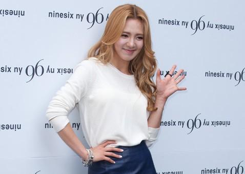 Girls' Generation Hyoyeon Too Skinny for Her Skirt