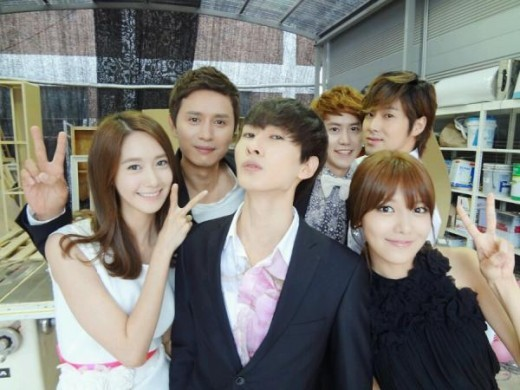 DBSK, Super Junior, Girls' Generation, f(x), BoA and Lee Soo Man Take Photos Together