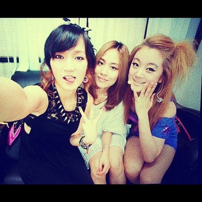 miss A's Jia Takes a Photo With Fei and Wonder Girls' Hyelim