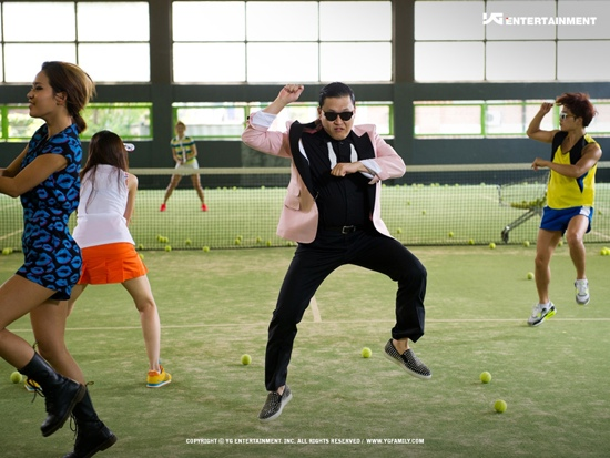 "T-Pain, Robbie Williams, Josh Groban, and Gawker Show Love for Psy's ""Gangnam Style"""