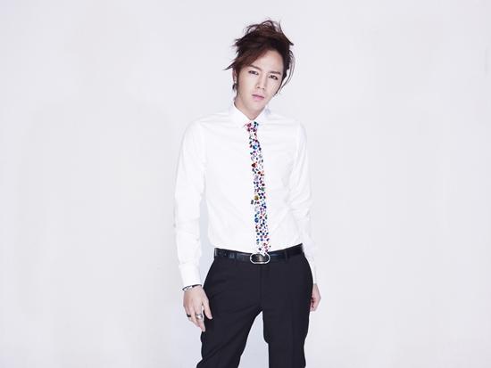 Jang Geun Suk Fights Scorching Heat by Going Shirtless