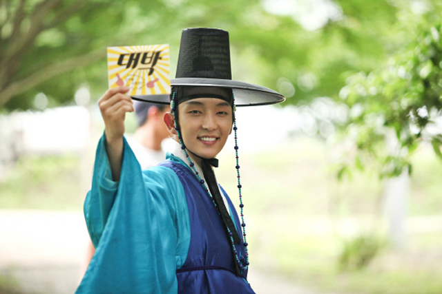 """Arang"" Behind The Scenes Photos of Lee Jun Ki and Kwon Oh Jung Playing Around On Set"