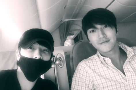 Donghae and Siwon Take a Photo While on Their Way to Manila