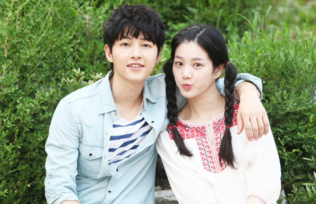 """Nice Guy"" Unveils New Stills of Song Joong Ki Looking Friendly with Lee Yoo Bi"
