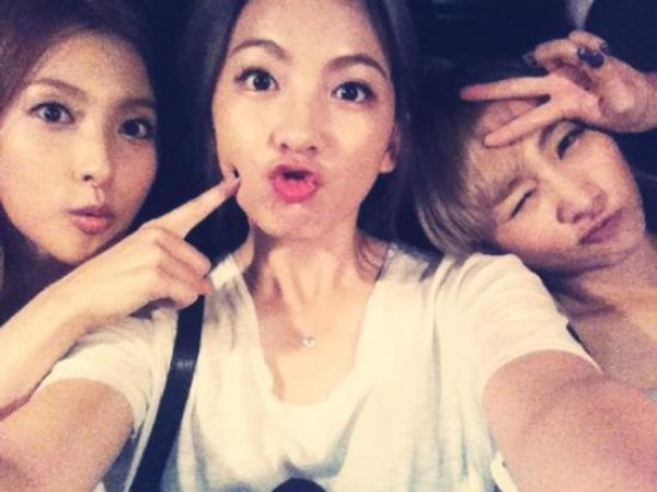 Kara's Kang Ji Young, Park Gyuri, and Nicole Charm Fans with Cute Facial Expressions