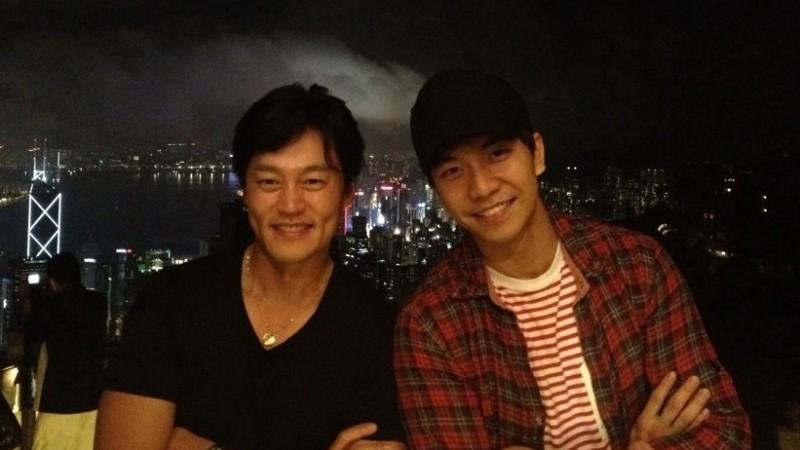 Lee Seung Gi and Lee Seo Jin Visit Hong Kong Disneyland Together