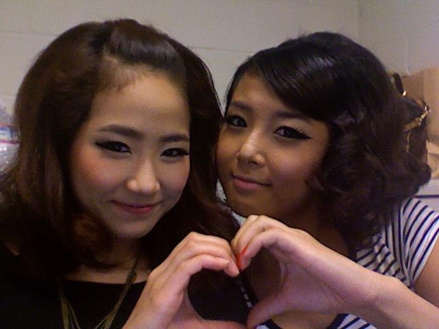 Wonder Girls' Yeeun and Yubin Take Proof Shot of Their Gift