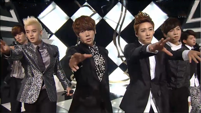 "U-KISS Makes Their Comeback Performance on Inkigayo With ""Stop Girl"""