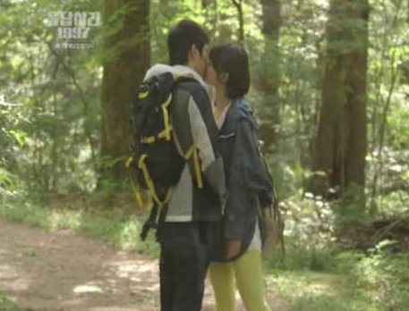 "It Doesn't Get Sweeter than Eun Ji Won and Shin So Yool's Kiss Scene in ""Answer Me 1997″"