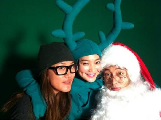 Shin Min Ah and So Ji Sub Dress Up for Christmas Spirit!