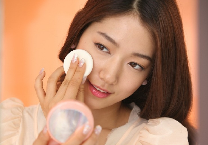 Park Shin Hye Proves Her Slim Figure by Passing through a Tennis Racket