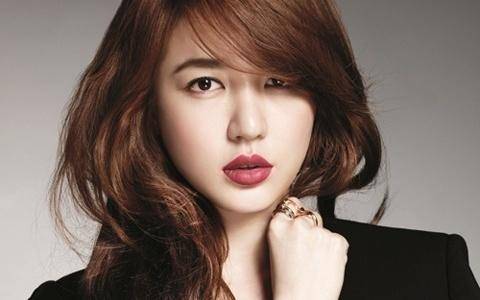"Yoon Eun Hye Transforms into a Woman of Autumn for Magazine ""High Cut"""
