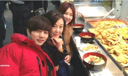 Yoo Seung Ho Enjoys Street Vendor Food with Co-Stars