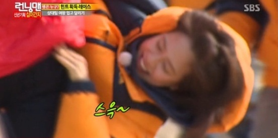 Song Ji Hyo Pinches Kim Jong Kook's Butt