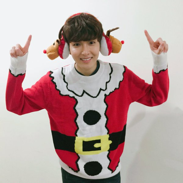 Super Juniors Ryeowook Holds Spontaneous Christmas High-Five Event