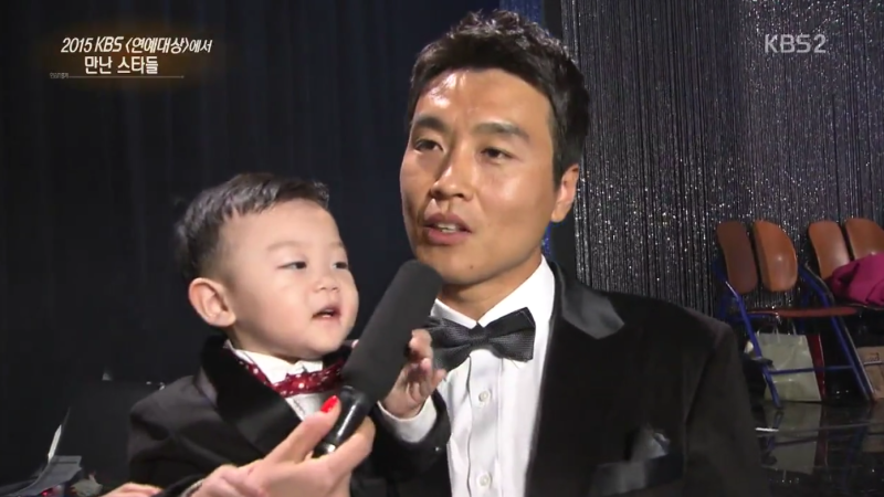Daebak Grabs and Pushes Away Microphone Regularly During Lee Dong Gooks Interview