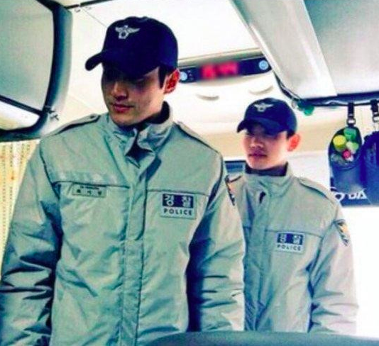 Photos of TVXQs Changmin and Super Juniors Choi Siwon Surface Online