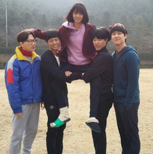 Ryu Jun Yeol Shares Photo of Cast Nearing End of Reply 1988