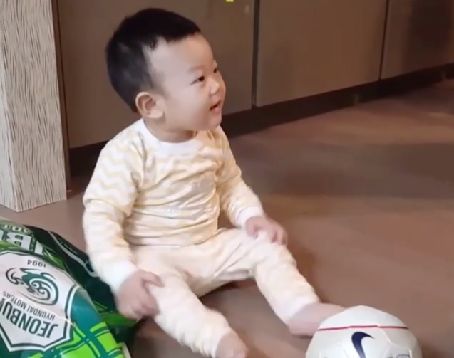 Watch: Daebak Is Delighted During His First Soccer Lesson