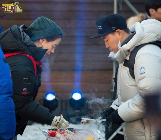 "Song Ji Hyo and Gary Take a Food Break From the Mystery in Upcoming ""Running Man"" Special"