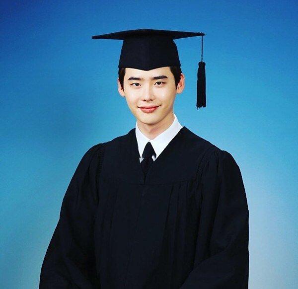 lee jong suk graduation