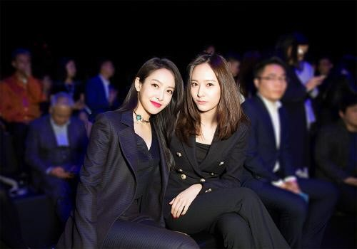 f(x)s Victoria and Krystal Are Fashion Stars at the Jumei Award Ceremony 2016