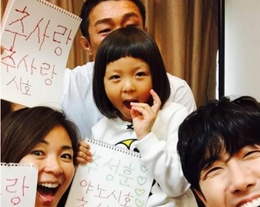 "Kwanghee Teaches Choo Sarang How to Write Korean on ""The Return of Superman"""