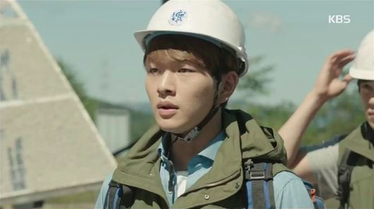 SHINees Onew Impresses Viewers With His Emotional Acting in Descendants of the Sun