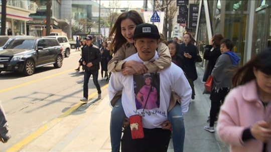 "Kim Jong Kook Gives Seohyun a Piggyback Ride on Running Man"""
