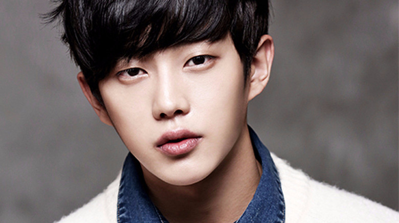 Kim Min Suk Describes What It Is Like to Work With the Major Cast of Descendants of the Sun