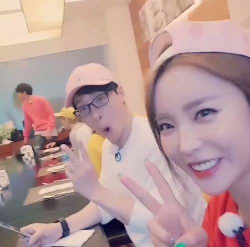Hong Jin Young Catches Yoo Jae Suk On Candid Camera