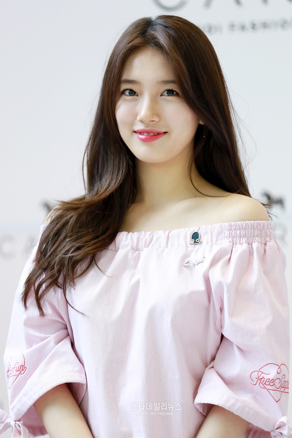 miss As Suzy Spotted Wearing A Pin That Supports Comfort Women To Fan Sign Event