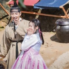 """Yoon Shi Yoon And Kim Sae Ron Brighten Up The Set Of """"Mirror Of The Witch"""""""