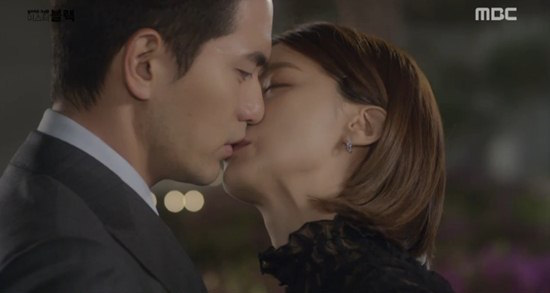 "Yoo In Young Explains Why Kissing Lee Jin Wook Felt Awkward In ""Goodbye, Mr. Black"""