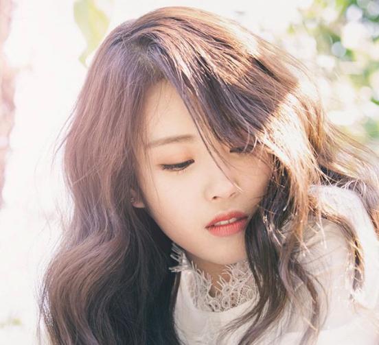 "Lovelyz' Mijoo Suffers Injury On ""Music Bank"""