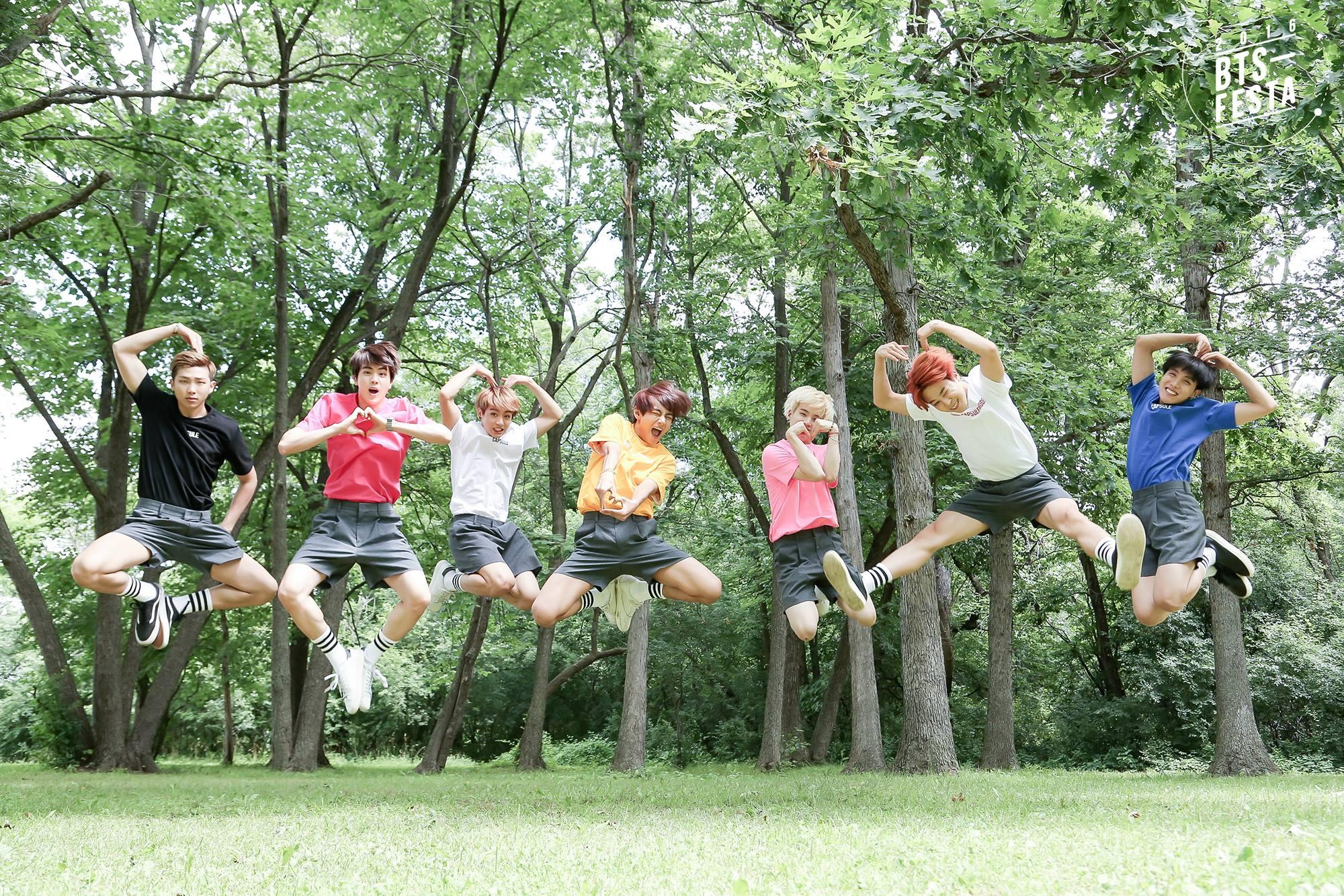 12 BTS Rilis Foto Keluarga Menggemaskan untuk
