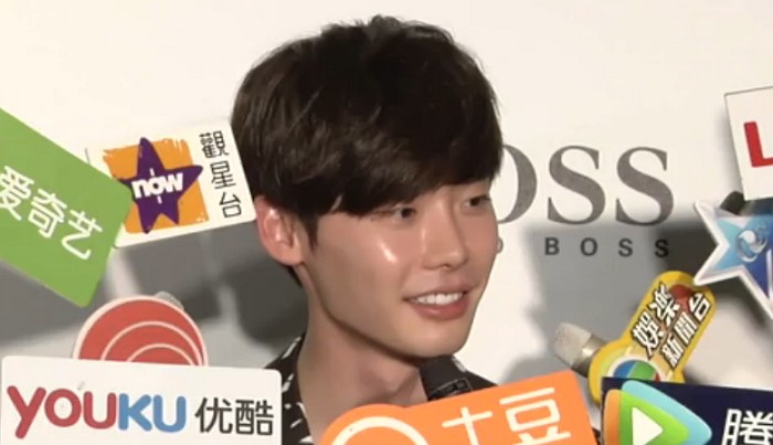 Lee Jong Suk Takes Care Of An Intern Reporter During Chaotic Interview