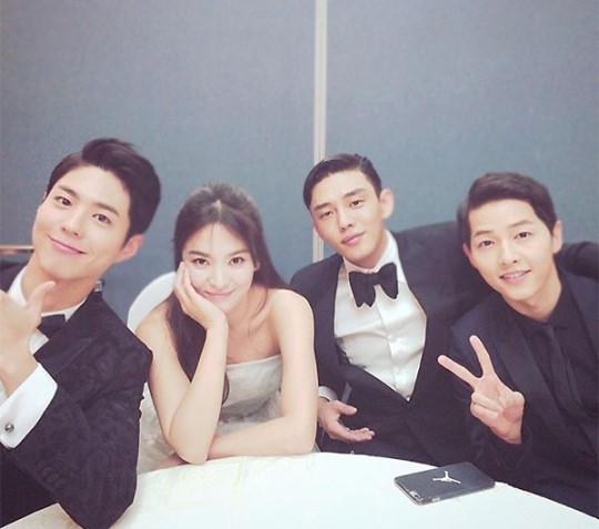 Song-Song Couple, Yoo Ah In, And Park Bo Gum Take Friendly Photo Together Backstage
