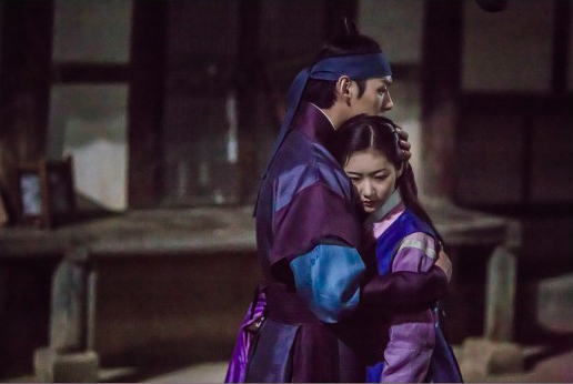 "Kwak Si Yang And Kim Sae Ron Have Emotional Reunion On ""Mirror of the Witch"""