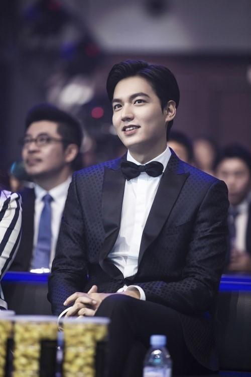 """Lee Min Ho Receives Award At """"2016 Weibo Movie Night"""""""