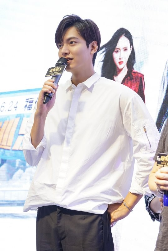 "Lee Min Ho's Fans Crowd Venue To Catch Glimpse Of Star At ""Bounty Hunters"" Events"