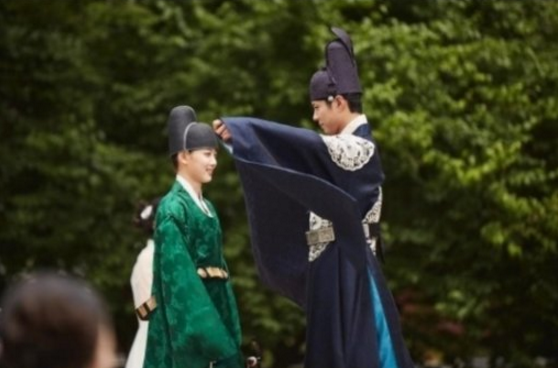 Park Bo Gum And Kim Yoo Jung Prefer Hugs In Moonlight Drawn By Clouds Stills