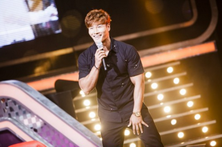 "Kim Jong Kook Bares His Six-Pack Abs On ""Fantastic Duo"""
