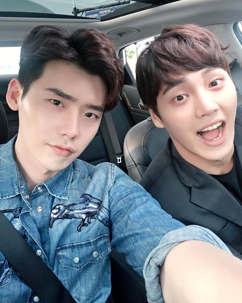 Lee Jong Suk Jokes With Lee Tae Hwan On The Set Of W