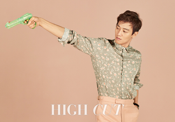 Kim Rae Won Does A Little Psychoanalysis On Hong Ji Hong And His Toy Claw Machine In Pictorial With High Cut